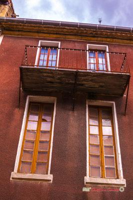 """""""Modeste"""" Balcon rue Carnot. Cité médiévale de Saint-Macaire. 28/09/2019. Photographie © Christian Coulais"""