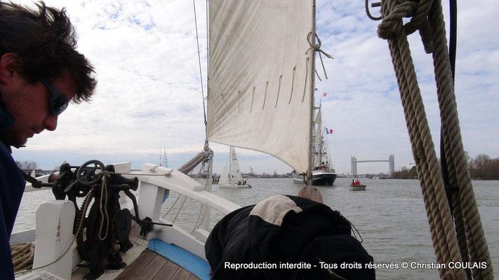 Les matelots de la gabarre les Deux Frères sont à la manœuvre. Bordeaux, samedi 16 mars 2013