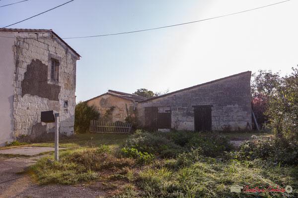 Habitat vernaculaire et ses bâtiments d'exploitation. Avenue de Mons, Cénac, Gironde. 16/10/2017