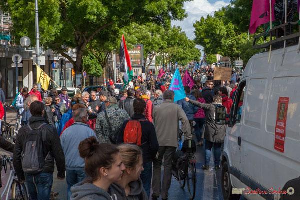 Le cortège de la manifestation du 1er mai 2017 est au delà de la rue du Dr Nancel-Penard. Avec la France Insoumise, cours d'Albret, Bordeaux