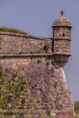 Echauguette de la Citadelle de Blaye : guérite en pierre du bastion des Pères, surmontée d'une fleur de lys, emblème de la monarchie française. Estuaire de la Gironde. 06 /05/2018