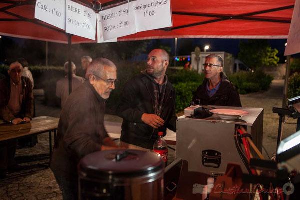 Jean-Luc Camiliéri, Jean-Benoît Subra et Gérard Pointet, bénévoles, font face au coup de feu, au rush, au coup de bourre. Festival JAZZ360 2016, 10/06/2016