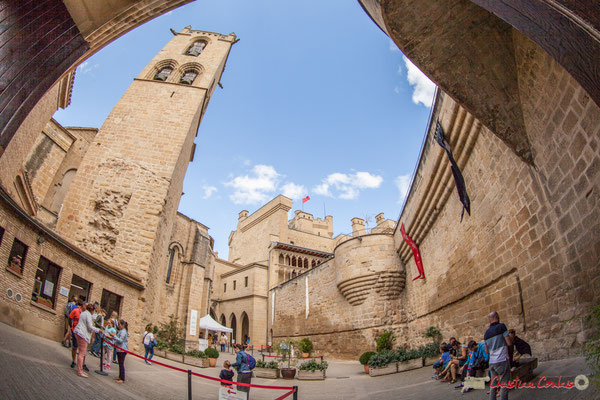 Un vaste patio permet l'accès à l'intérieur du Château royal d'olite, Navarra / Un gran patio permite el acceso al interior del Castillo Real de Olite, Navarra