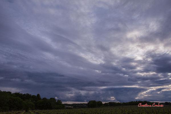 1/2 Ciels et nuages, dimanche 19 avril 2020, 19h44, le Garde, Cénac. Photographie : Christian Coulais / 24mm
