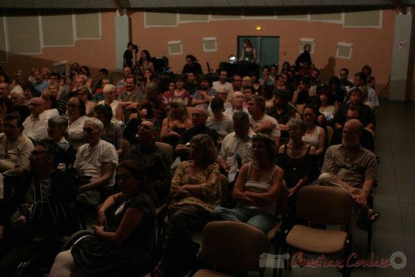 Une salle comble pour découvrir les deux artistes de la soirée. Roger Biwandu Quintet, Festival JAZZ360 2011, Cénac. 03/06/2011