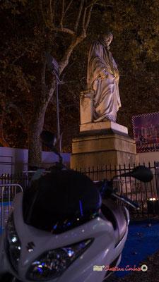 """""""J'ai pas la clef"""" Statue de Charles Louis de Secondat, baron de La Brède et de Montesquieu, (marbre blanc, sculpteur Dominique Fortuné Maggesi), érigé en 1858 sur l'Esplanade des Quinconces. Bordeaux, 17 octobre 2018. Reproduction interdite - Tous droits"""