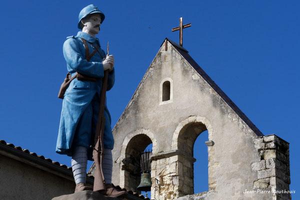 Mur-clocher de l'église Notre-Dame-de-Fargues et monument aux morts, Fargues-de-Langon. Samedi 10 octobre 2020. Photographie © Jean-Pierre Couthouis