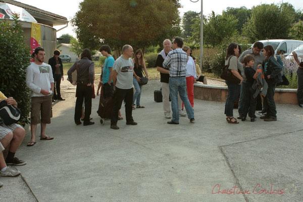Mais aussi les premiers spectateurs commencent à faire la queue. Roger Biwandu Quintet. Festival JAZZ360 2011, Cénac. 03/06/2011