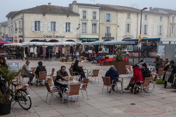 Jour de marché, Place de la Prévôté dans le brouillard, Créon, Gironde