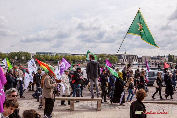 11h38 Les drapeaux des militants commencent à se croiser, après une heure de marche 3/3. Place de la Bourse, Bordeaux. 01/05/2018