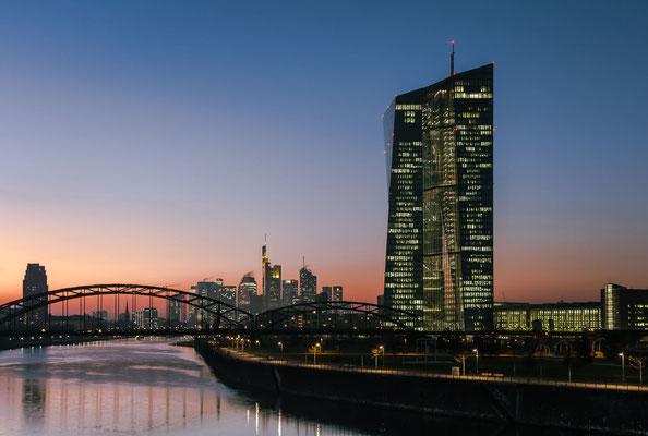 Die EZB mit Blick auf die Skyline