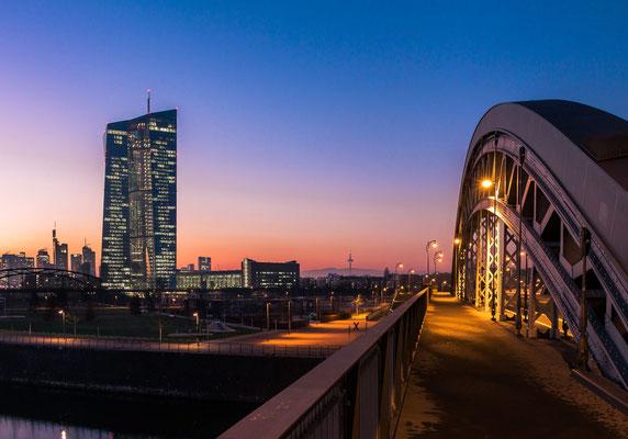 Honselbrücke mit Blick auf die EZB