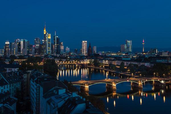 Die Frankfurter Skyline vom Lindner-Main-Plaza.