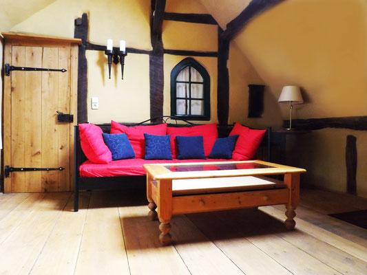一间客厅,沙发和电视