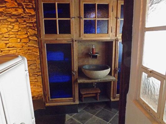 욕실내 수건, 타월이 있는 서랍장