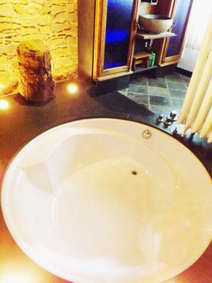 커다란 욕조와 소나기 샤워가 있는 욕실
