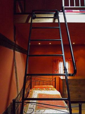 在双面打印的卧室里,在一张双人床顶部,一张单人床下跌