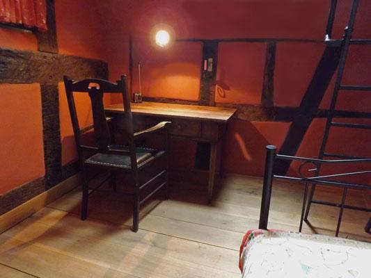 在卧室豪华办公桌