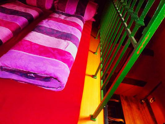복층 위 더블 침대