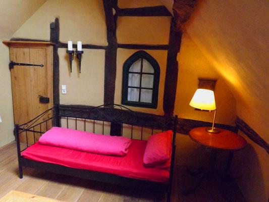 白天,一张沙发,晚上一张单人床,最多可容纳6人