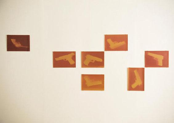 """Guns aus """"Fade out"""", Ausstelllungsansicht, 2012, Axel Obiger, Berlin - Tag 1"""