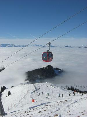 Blick von der Hohen Salve, dem schönsten Aussichstberg Tirols, hinab. Im Tal liegt Itter unter einer Nebeldecke.