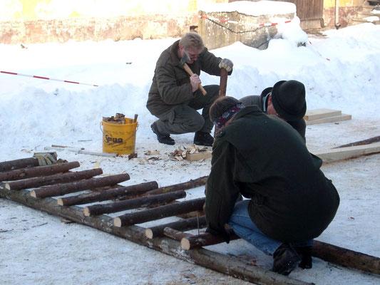 Bild: Jungjäger bauen eine Ansitzkanzel. Die Leiter ist bald fertig.