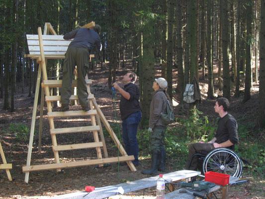 Bild: Jungjäger fertigen im Zuge der Revierpraxis einen Scherensitz...