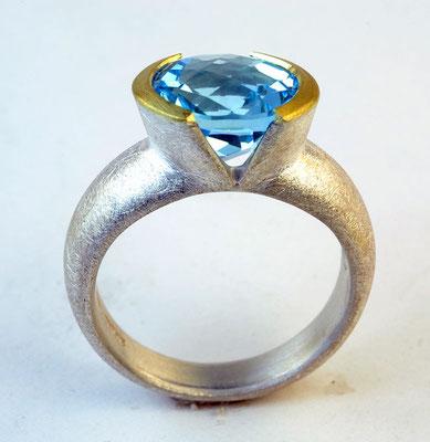 Blue topaz, v-bezel, 18KY, sterling