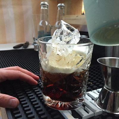 Ein Klassiker - White Russian - bei uns im Tumbler, wie in der Dude macht, aber mit Espresso-Likör für noch mehr Energie auf dem SCHWEIN GEHABT-Fest.