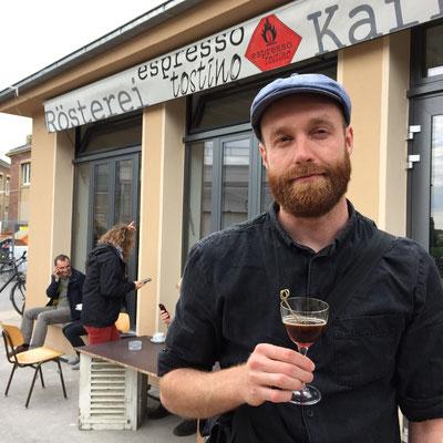 """Diesmal auf der anderen Seite der Kamera - Sebastian Heck - mit einem """"Tobacco Road"""" (http://onemartini.com/mezcal-coffee-liqueur-cocktail/)"""
