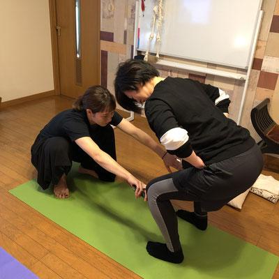 正しいスクワットの仕方。膝の向きや股関節から痛みのない施術スタンスへ