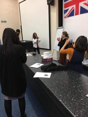 当日は由美さんのお誕生日。地元ロンドンの体験留学生がお祝いしてくれました