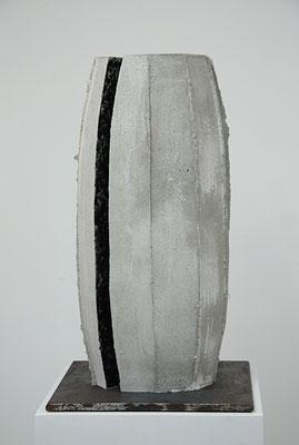 Cut, 2015, Beton und Glasur, 30 x 30 x 51 cm