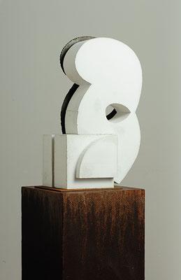 Care, 2017, Beton und Stahl, 30 x 60 x 30 cm