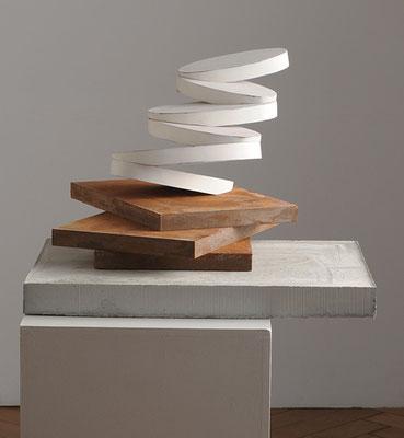 Weiße Skulptur, 2013, Holz, Farbe, Beton, 50 x 42 x 42 cm