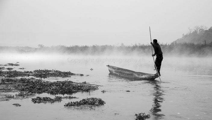 Fahrt in den Nebel, aufgenommen in Nepal.