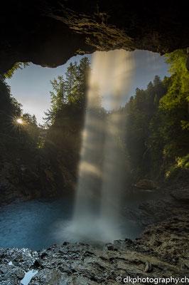 Sonnenaufgang hinter dem Bärglistüber-Wasserfall. Bild-Nummer: 354