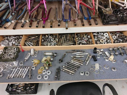 plein de pièces détachées pour vélo