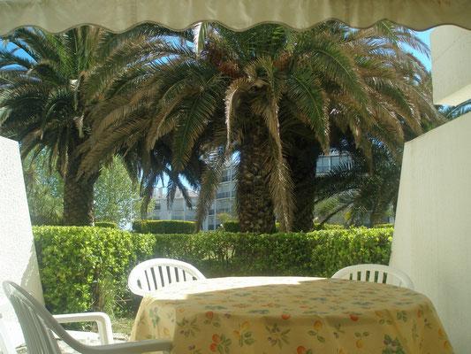 Le jardinet de l'appartement donne sur le parc privé de la résidence.