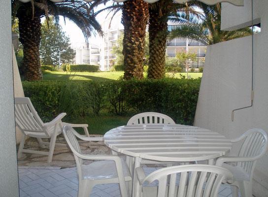 Les 3 parties du jardinet : terrasse carrelée, ardoise et pelouse