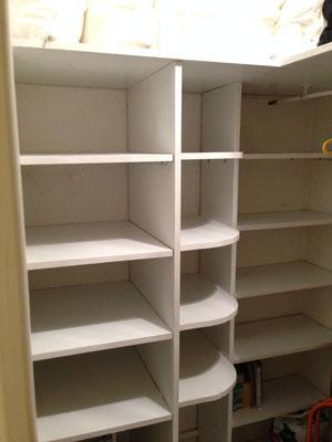 Le dressing comprend de nombreuses étagères et une penderie.