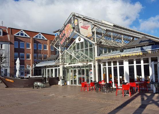 Die Altstadt Aurichs lädt zum Einkaufen und Verweilen ein - wie hier in der Markthalle. Dienstags, freitags und samstags findet rund um die Markthalle der Wochenmarkt statt.
