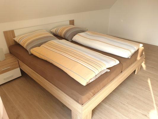 Schlafzimmer I mit Balkon und Sat-TV