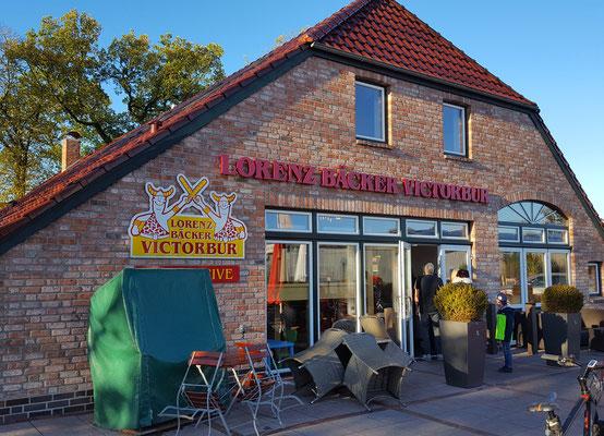 Zu Fuß in wenigen Minuten erreichbar: Bäckerei & Café mit Außenterrasse