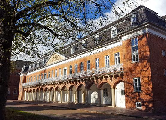 Das Auricher Schloss - eine Sehenswürdigkeit bei einem Altstadtbesuch.