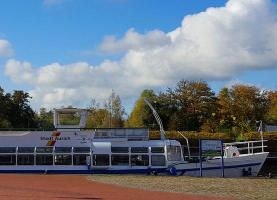 Die MS Aurich fährt vom Hafen aus - auf dem Ems-Jade-Kanal Richtung Emden.