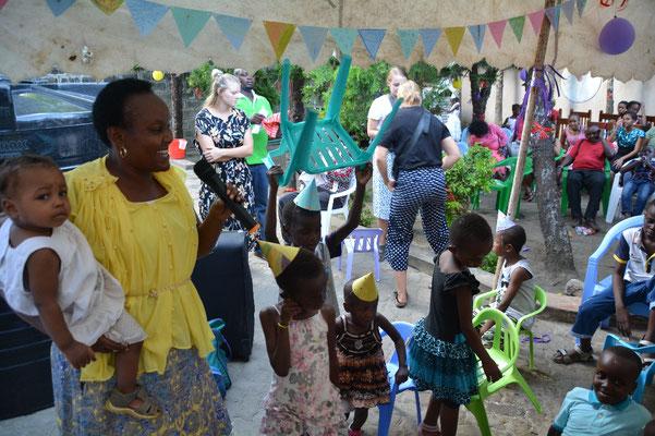 Mama Josephine singt mit den Kindern.