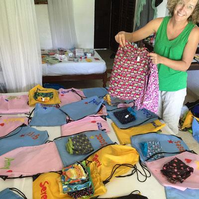 Vera verpackt die schönen Sachen, die Anna genäht hat.