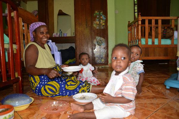 Auntie Soffie füttert die Kleinsten. Alle sind gesund und munter.